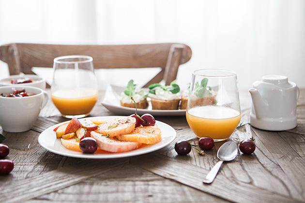 フルーツたくさんの朝食