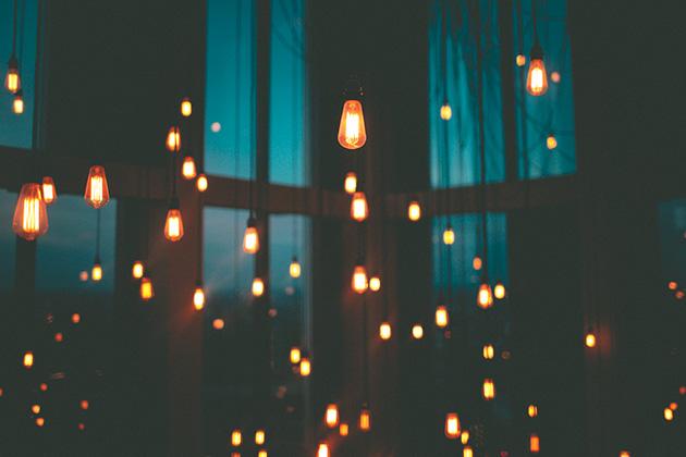 部屋いっぱいの電球